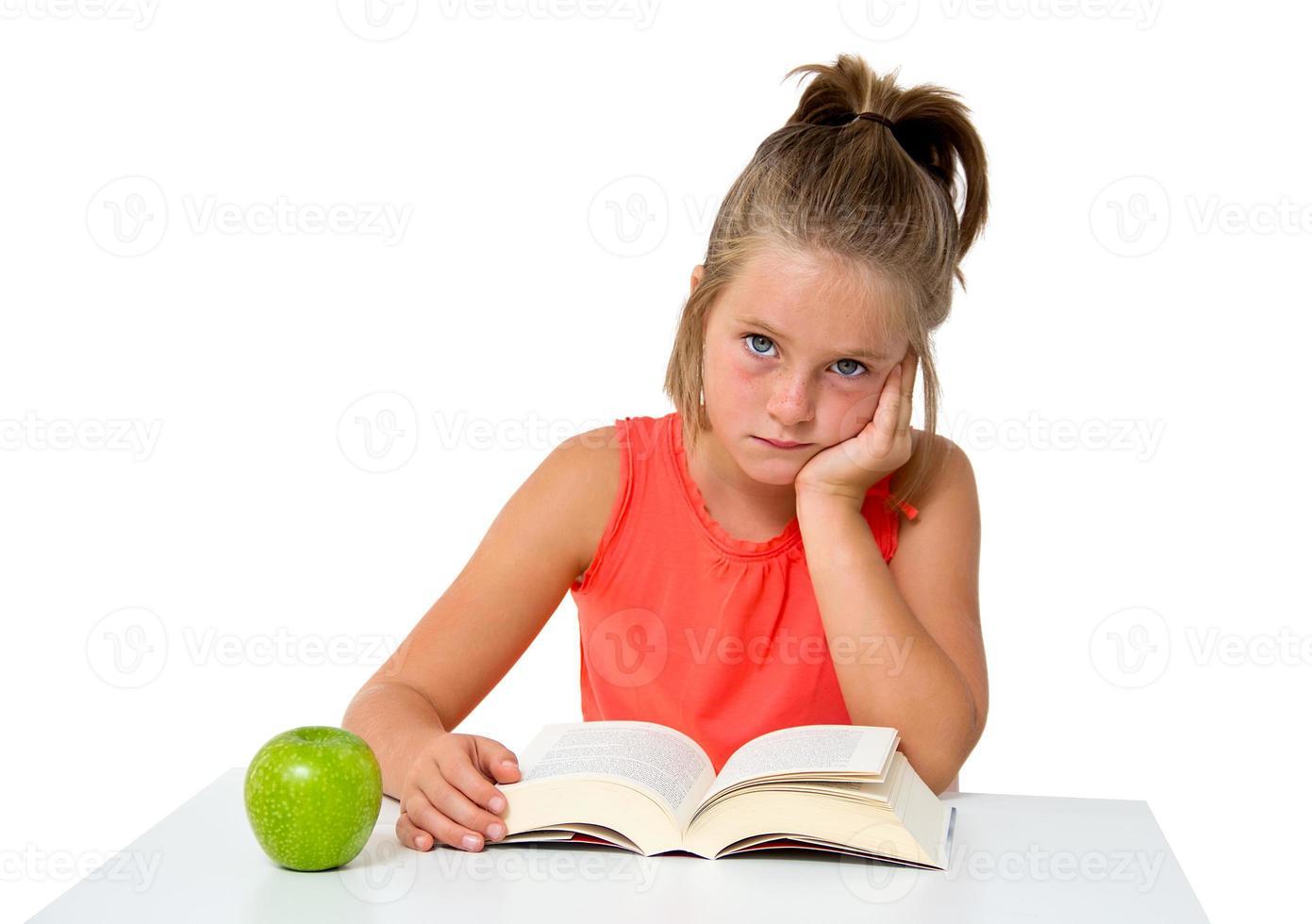 bambina che legge un libro foto