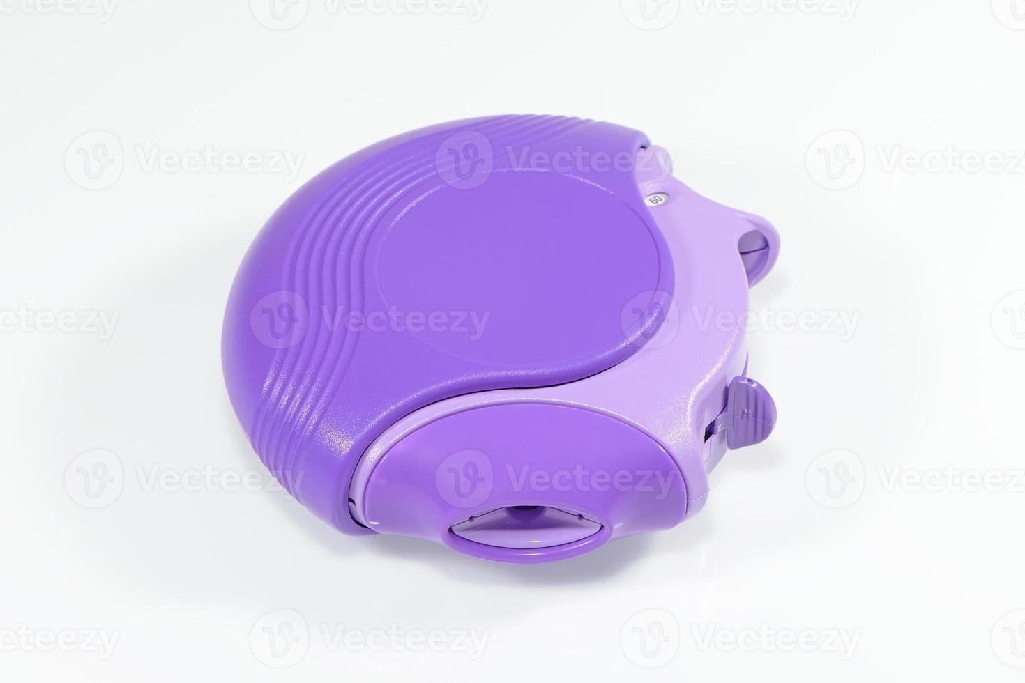 inalatore per l'asma isolato su uno sfondo bianco foto