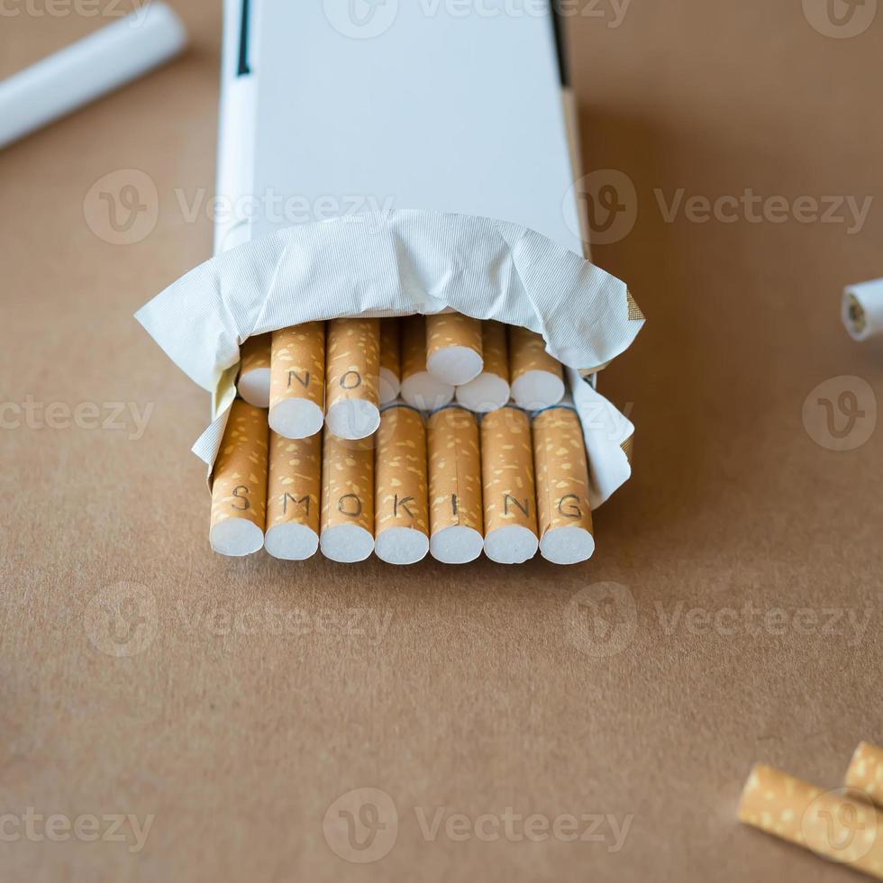 """assistenza sanitaria. sigarette con scritta """"vietato fumare"""" foto"""