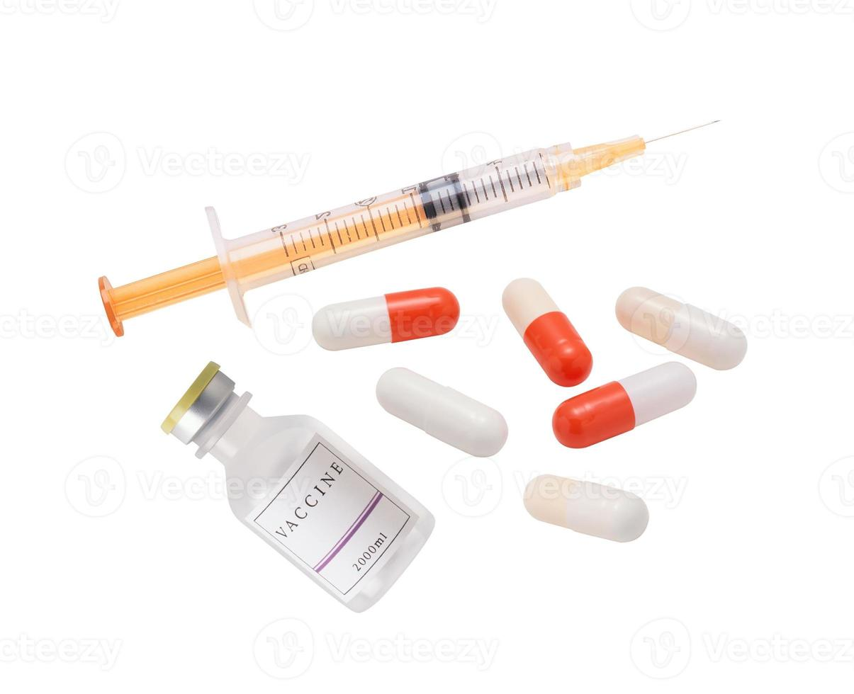 siringa medica, vaccino e pillole isolati su sfondo bianco foto