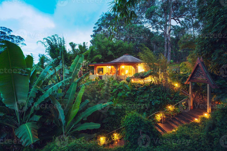 casa tropicale nella giungla al tramonto foto