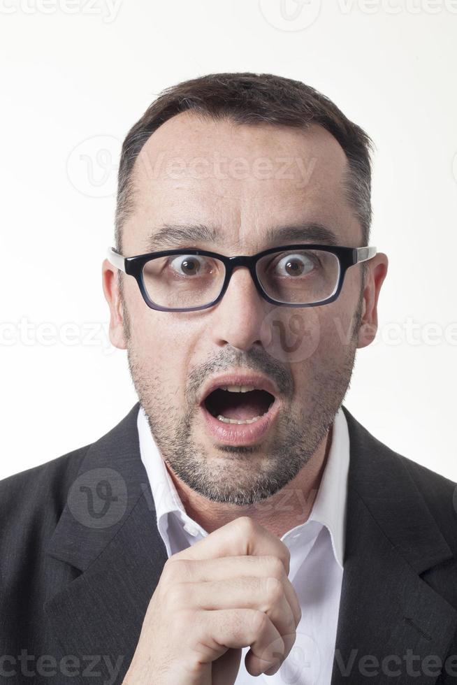 stupito maschio azienda che esprime sorpresa al lavoro foto