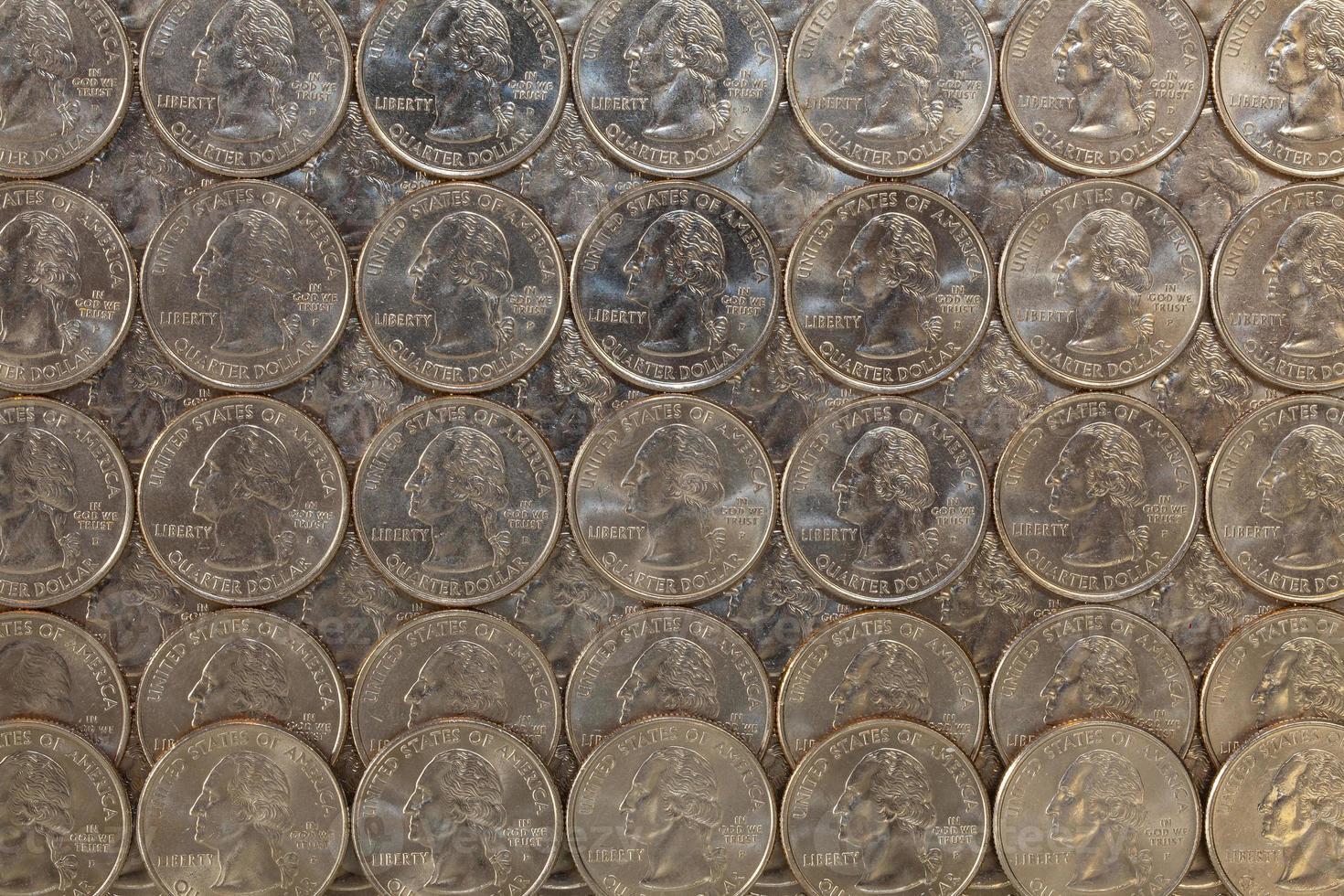 lo stesso noi monete su un tavolo di vetro foto