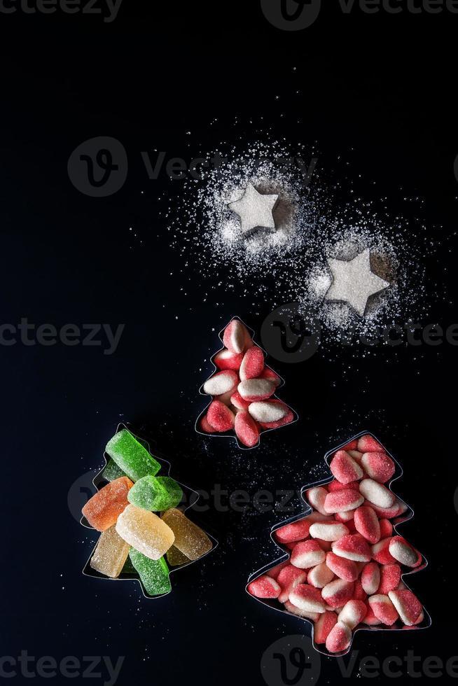 Gelatina di alberi di Natale e stelle di zucchero in forma di biscotti verticali foto