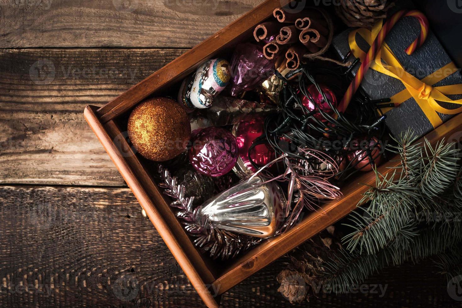 scatola di legno con decorazioni natalizie e regalo vista dall'alto foto