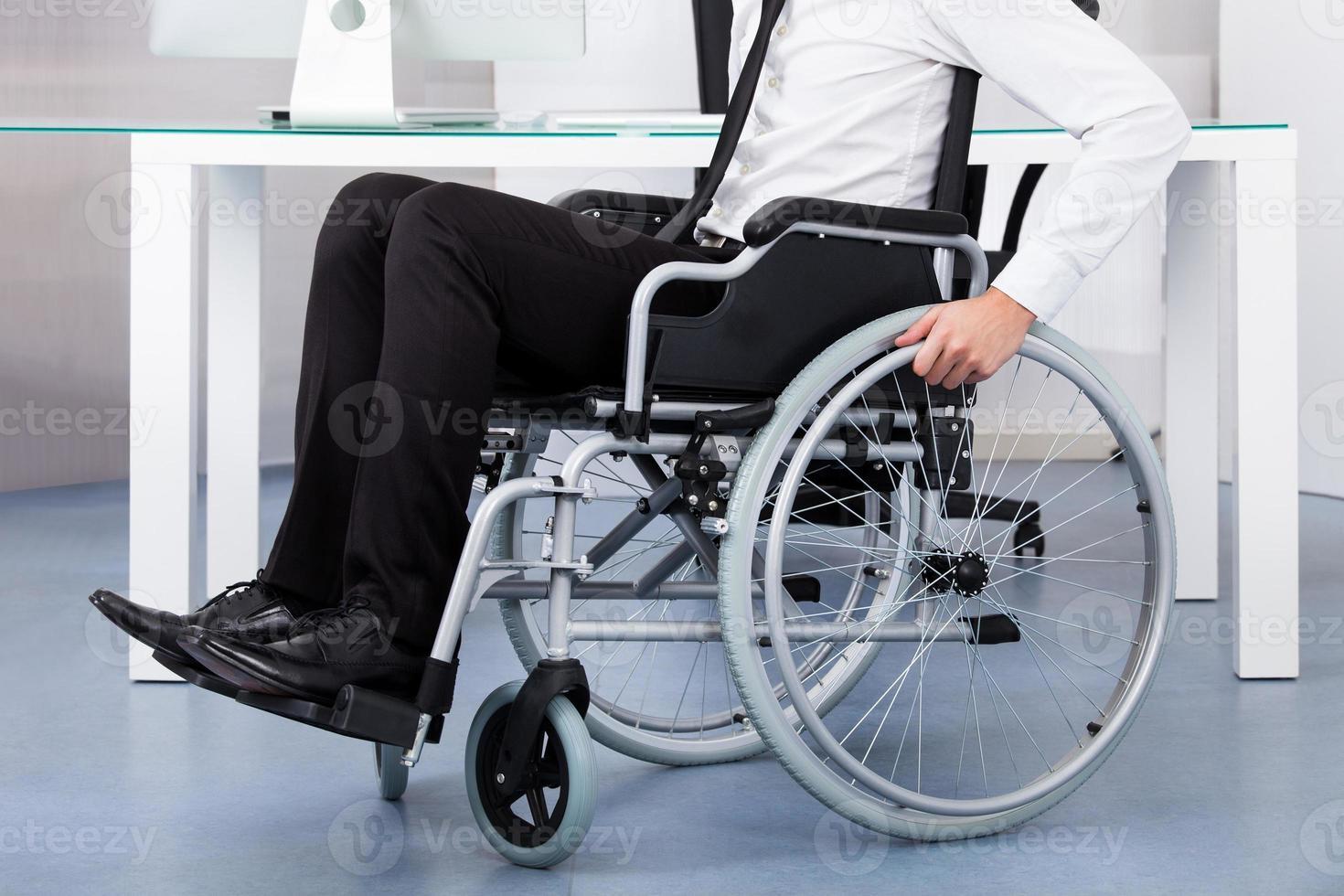 uomo d'affari su sedia a rotelle foto