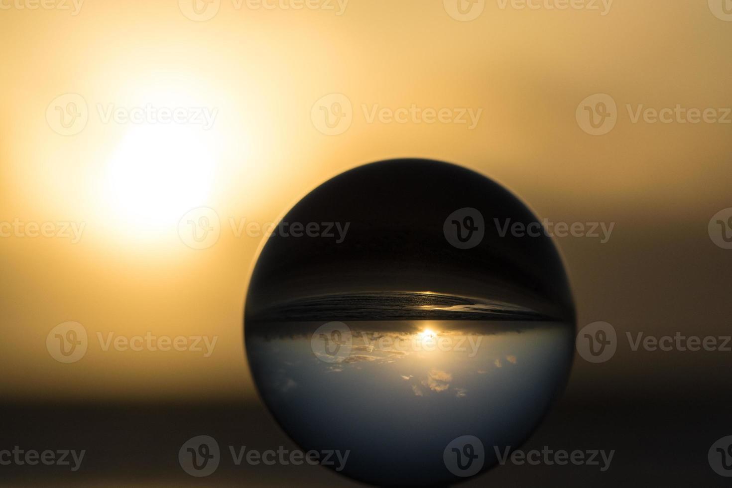tramonto con sfera di cristallo foto