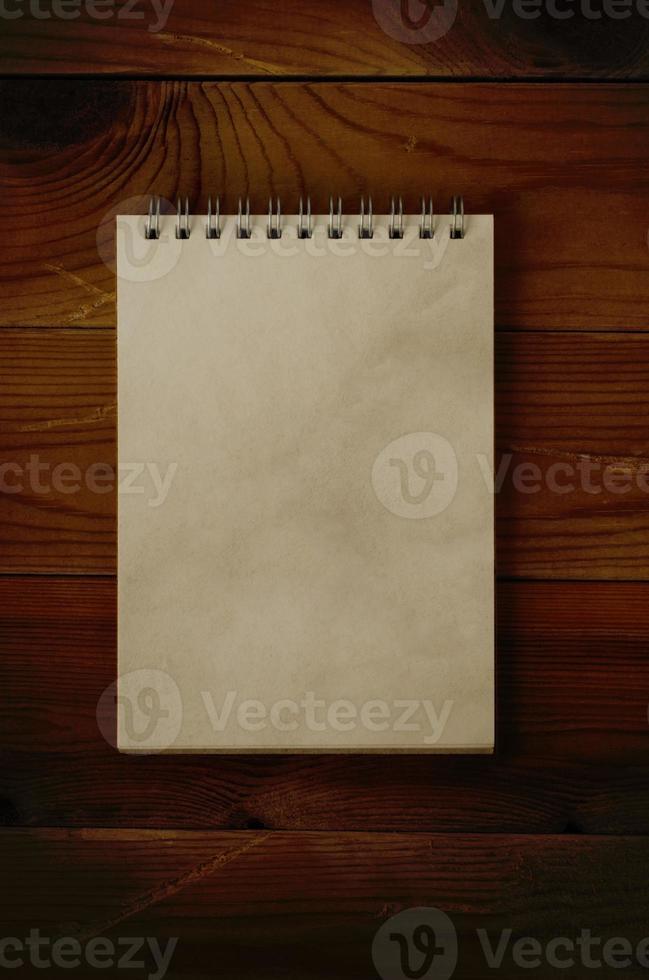 blocco note aperto su legno scuro foto