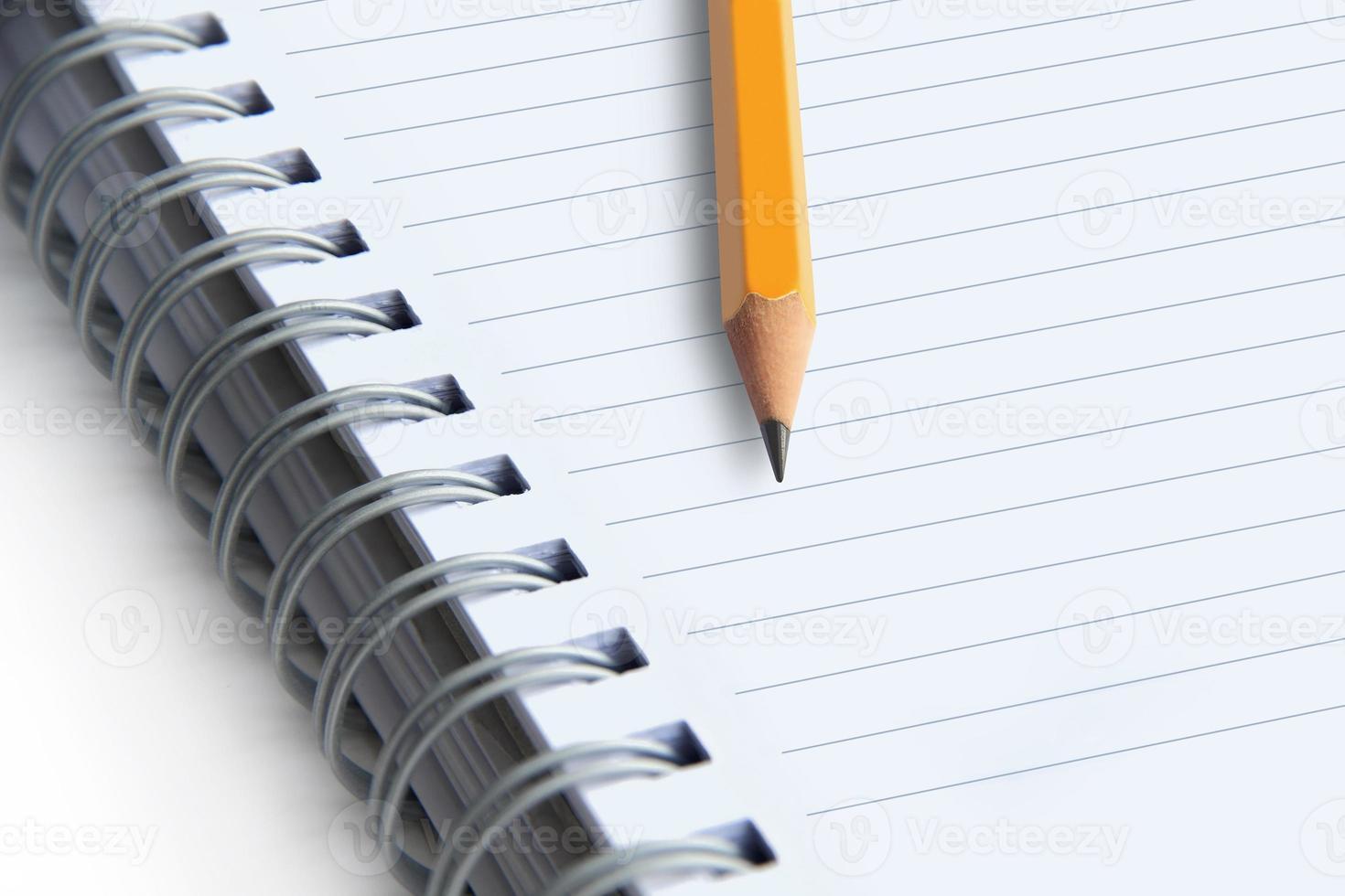immagine di un quaderni e una matita su sfondo bianco, primo piano foto