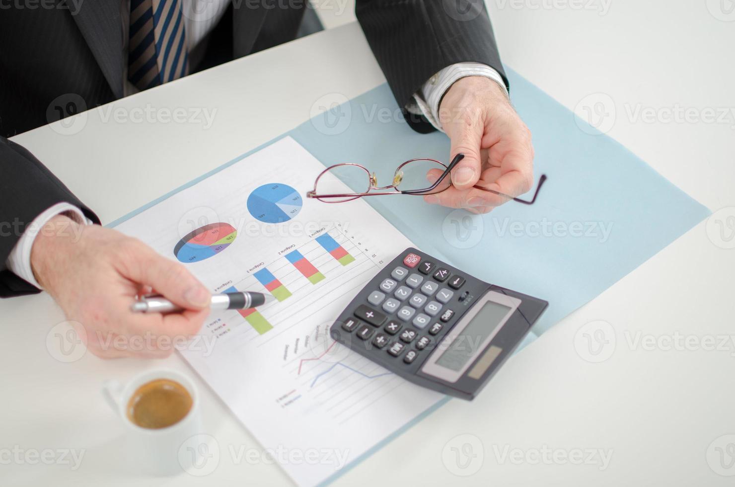 mani dell'uomo d'affari con il calcolatore foto
