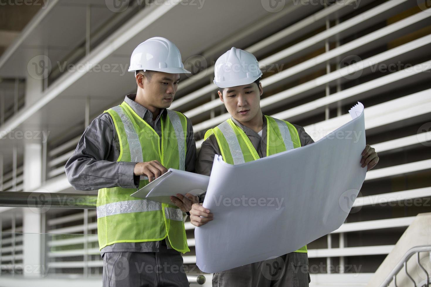 due ingegneri industriali asiatici al lavoro. foto