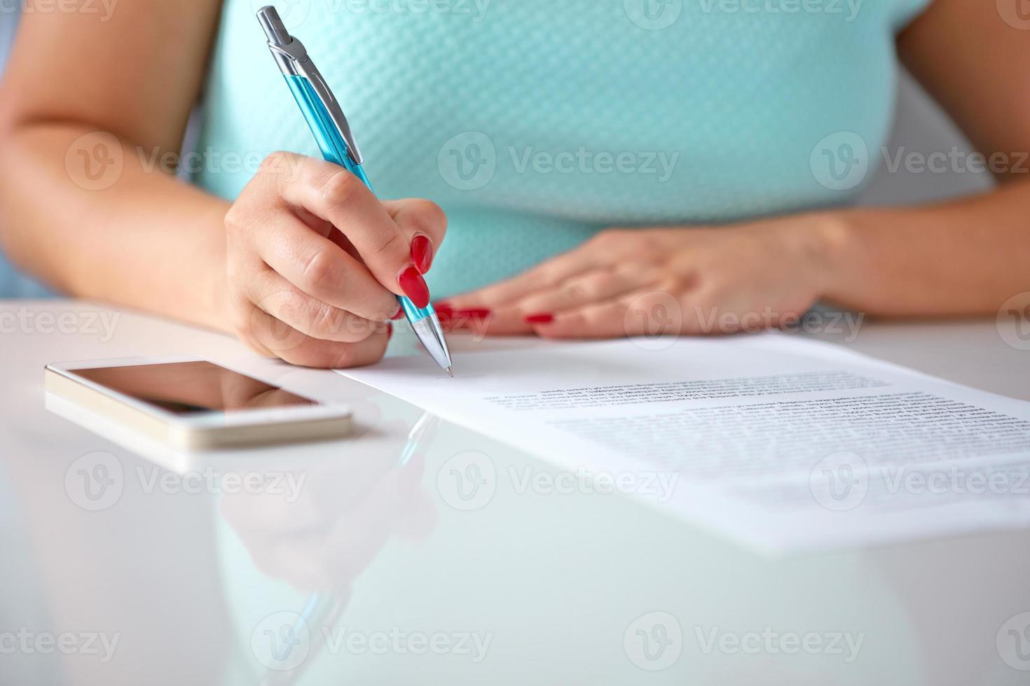la giovane donna firma un contratto foto