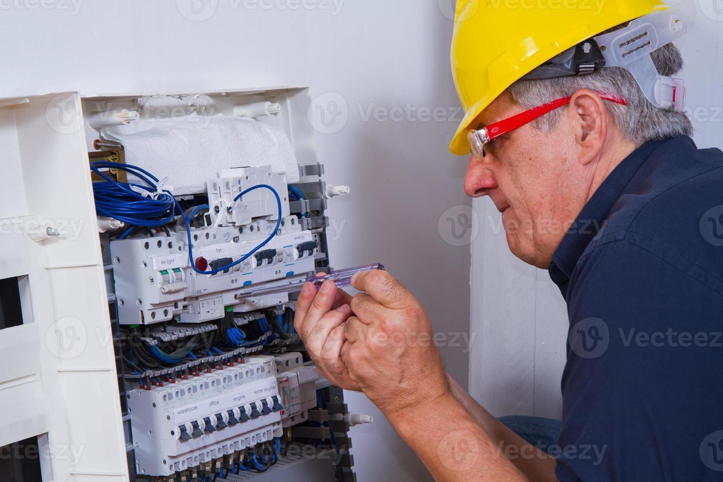 elettricista al lavoro foto
