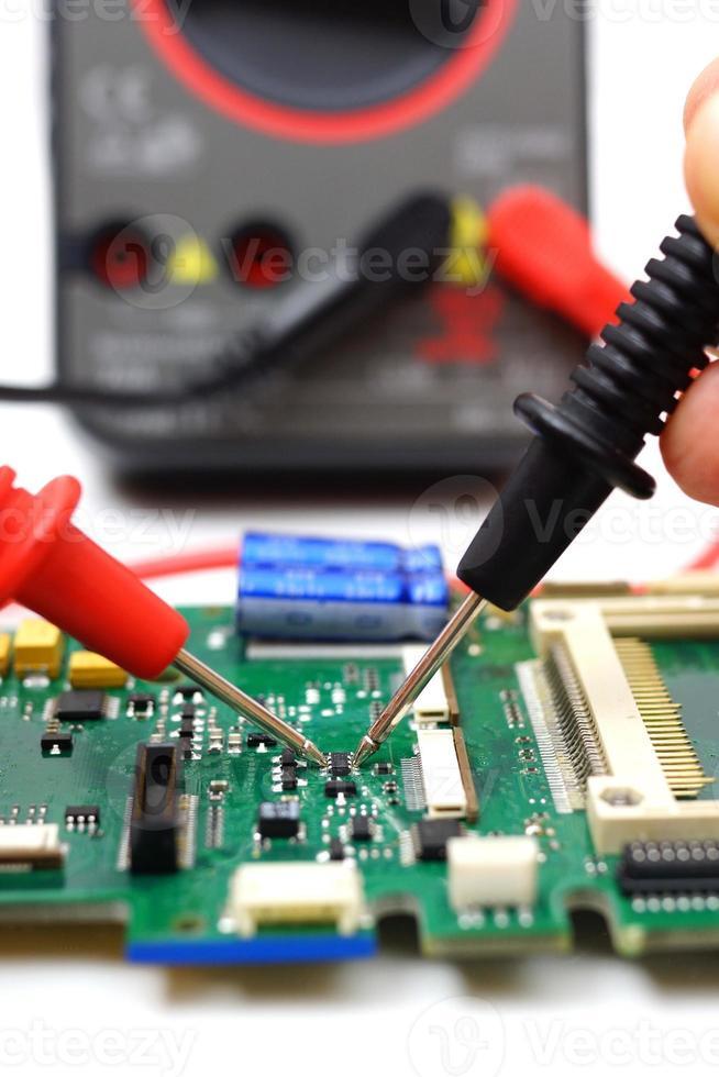 l'ingegnere sta controllando il componente elettronico foto