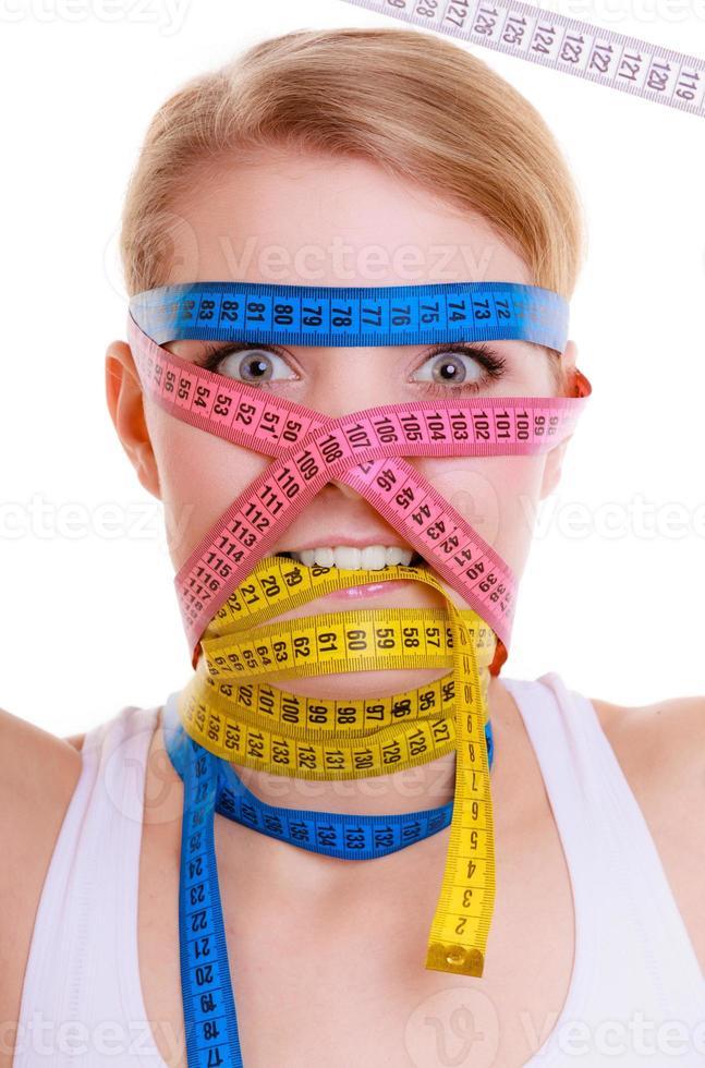 donna ossessiva in forma con nastri di misura. tempo per dimagrire dieta. foto
