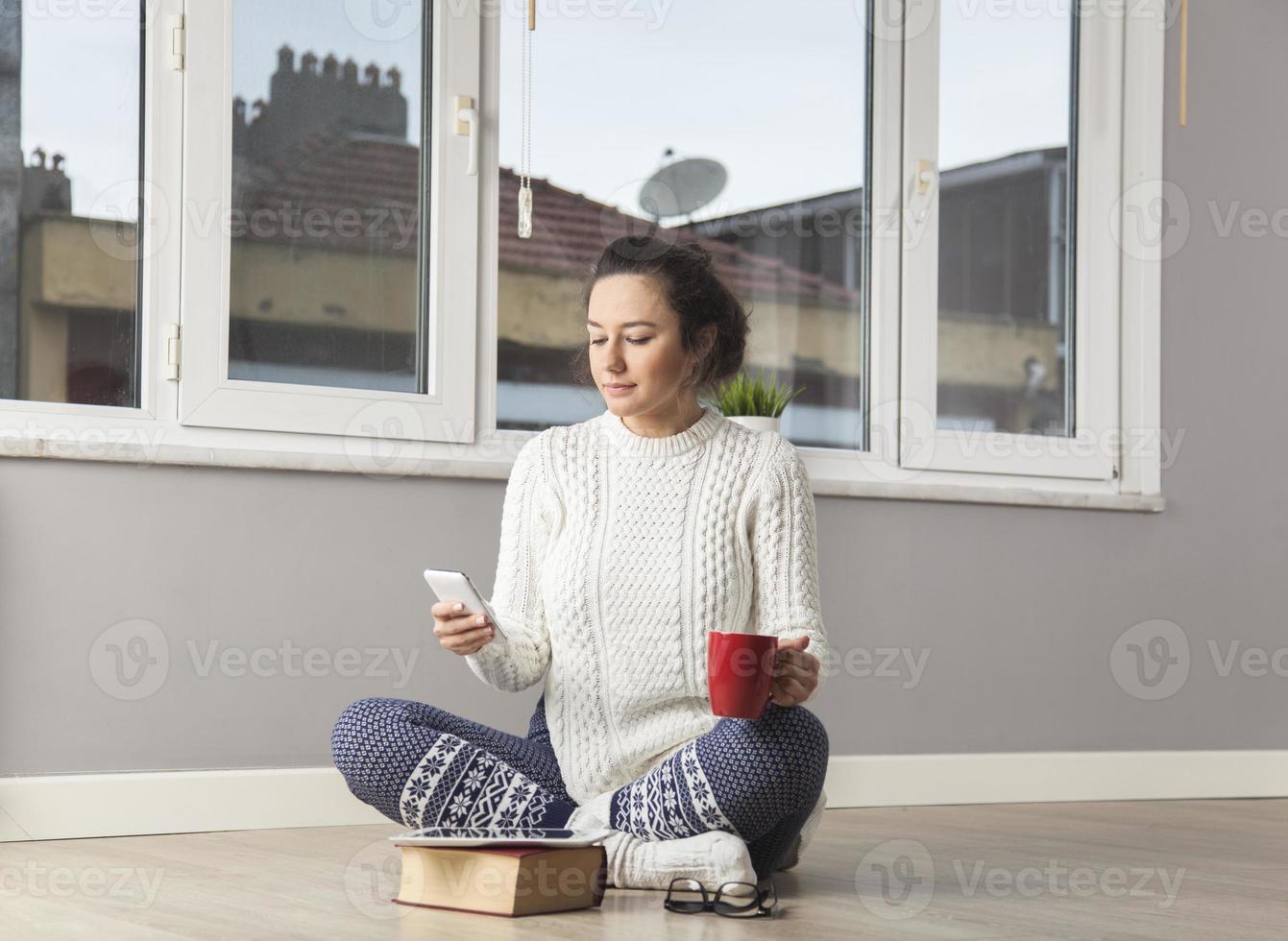 giovane donna che invia messaggio di testo foto