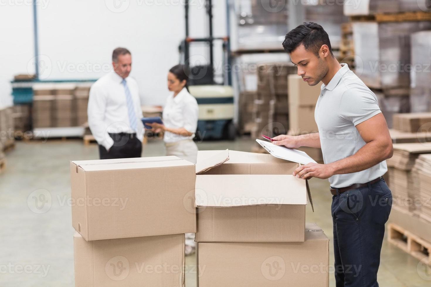 responsabile del magazzino che controlla il suo inventario foto