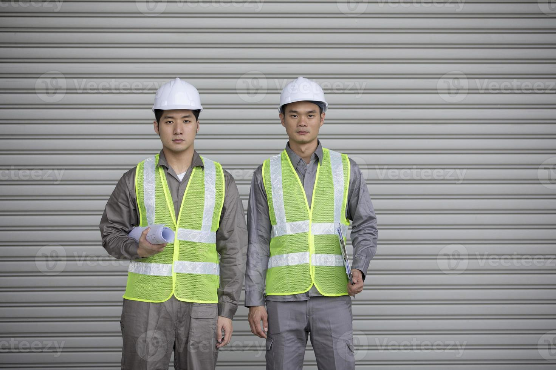 due ingegneri industriali asiatici al lavoro foto