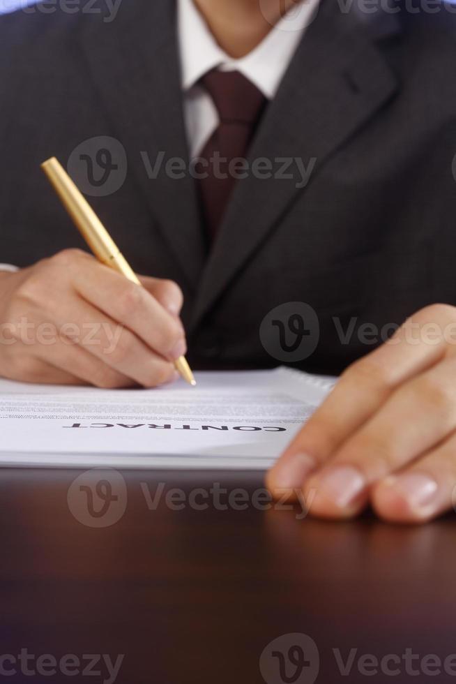 firmare il contratto foto