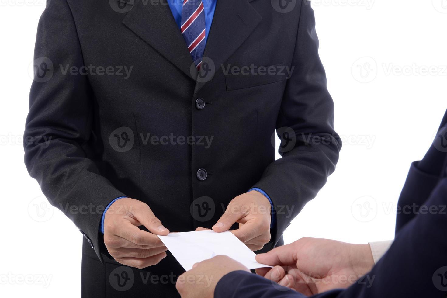 uomo d'affari dimettersi lavoro e lettera di compensazione foto