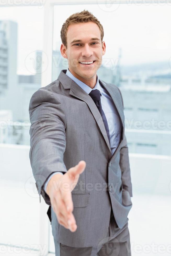 ritratto della stretta di mano d'offerta dell'uomo d'affari astuto foto