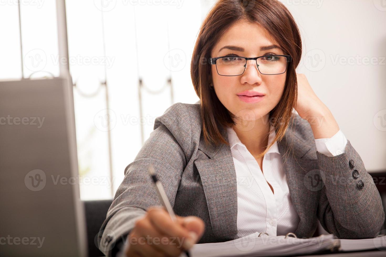donna d'affari nel suo ufficio foto