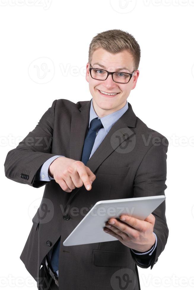 giovane uomo sorridente sta indicando un tablet foto