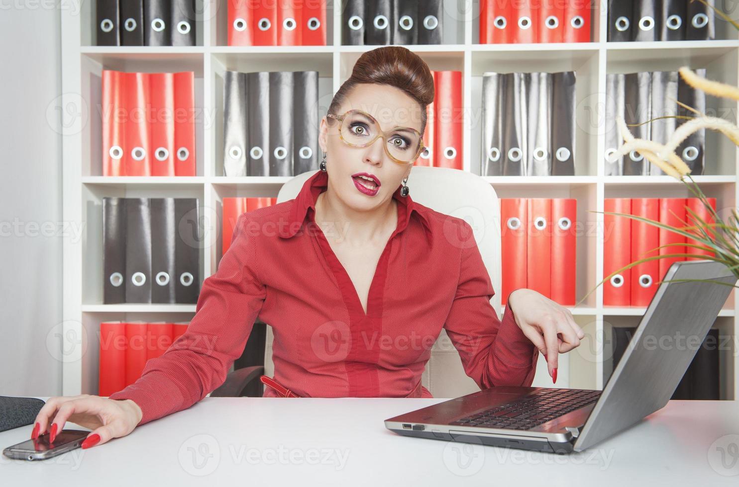 donna stanca di affari che lavora con il computer portatile foto