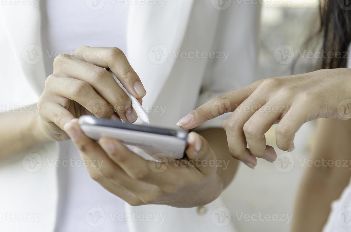 donne che usano il tablet con la penna stilo foto