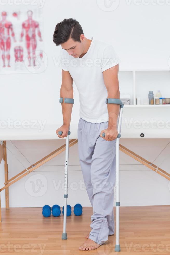 paziente che cammina con la stampella foto