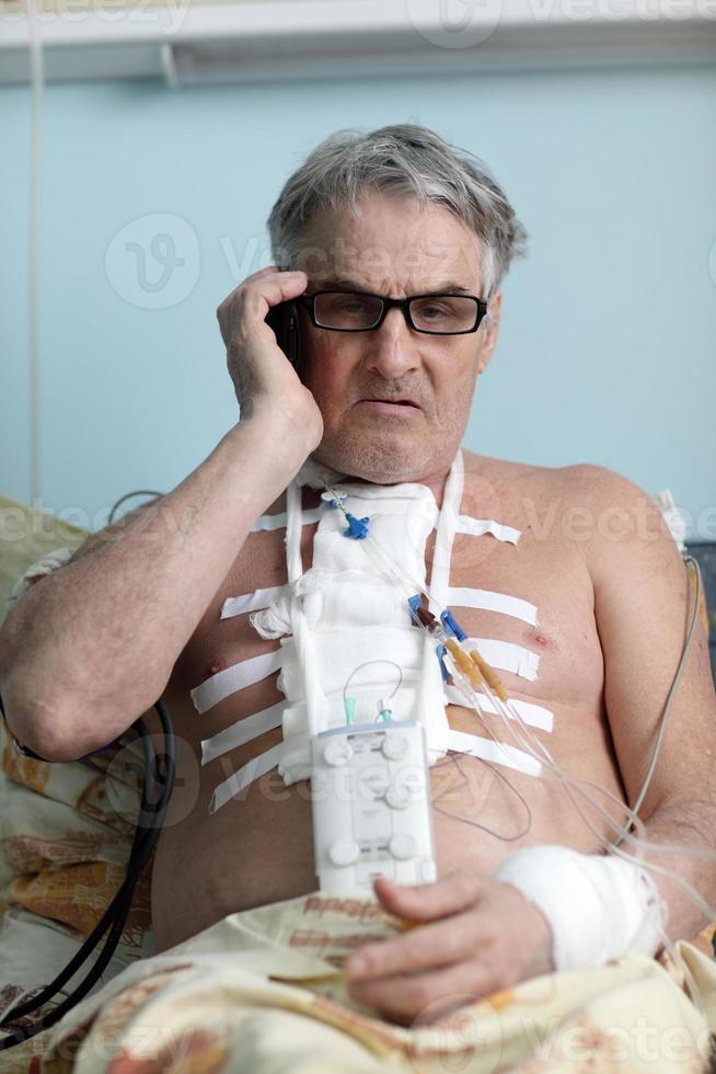 paziente con telefono cellulare foto