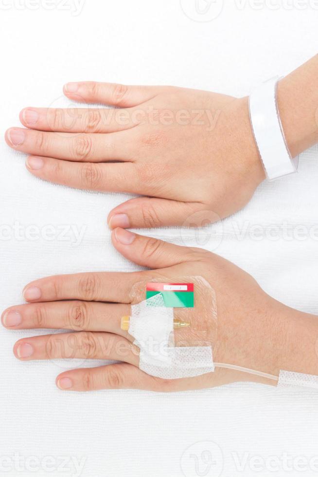 soluzione endovenosa in una mano paziente foto