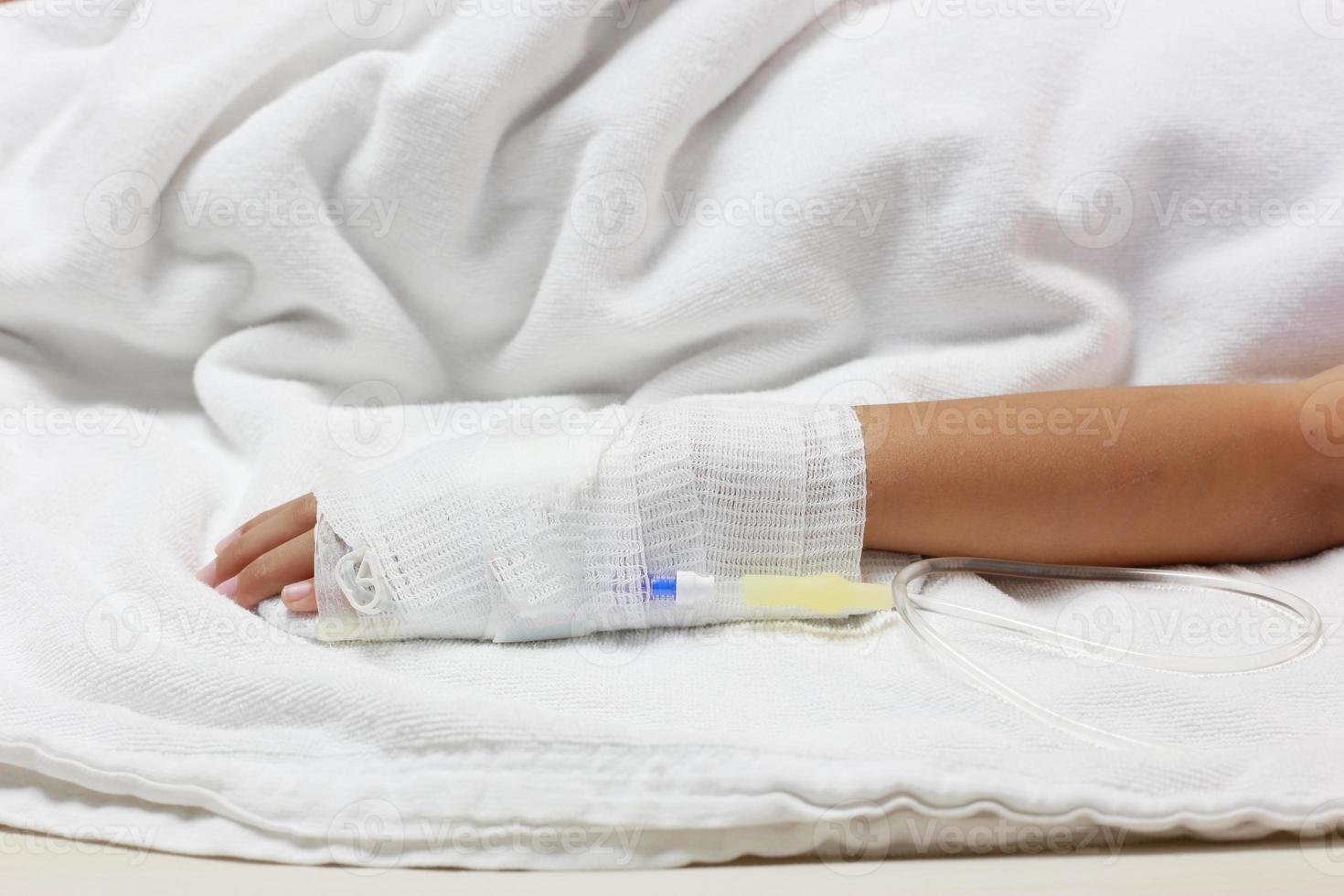 soluzione per via endovenosa in una mano di pazienti foto