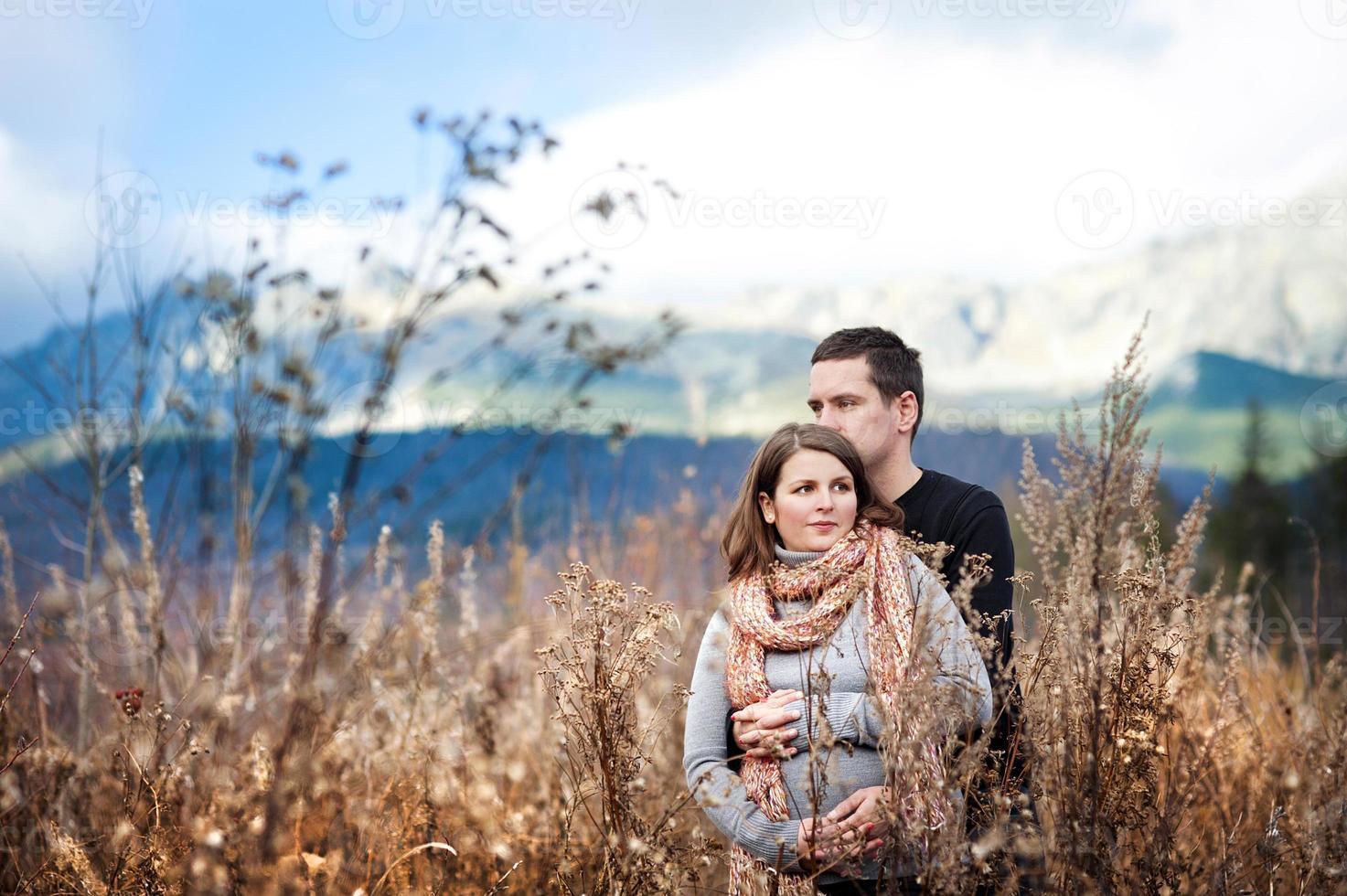 coppia incinta in autunno foto