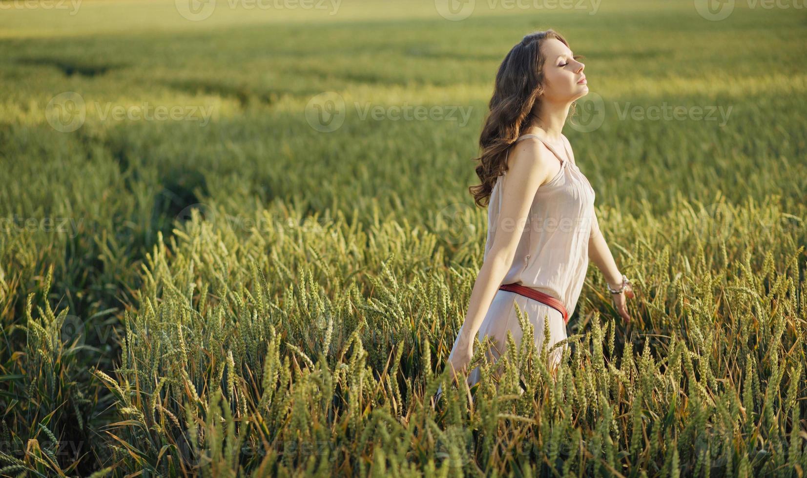 donna rilassata sul campo di grano foto