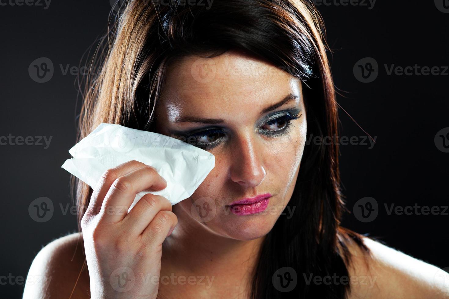 donna ferita che piange, trucco imbrattato foto