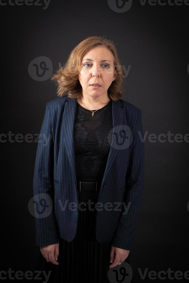 bella donna che fa diverse espressioni in diversi set di vestiti foto