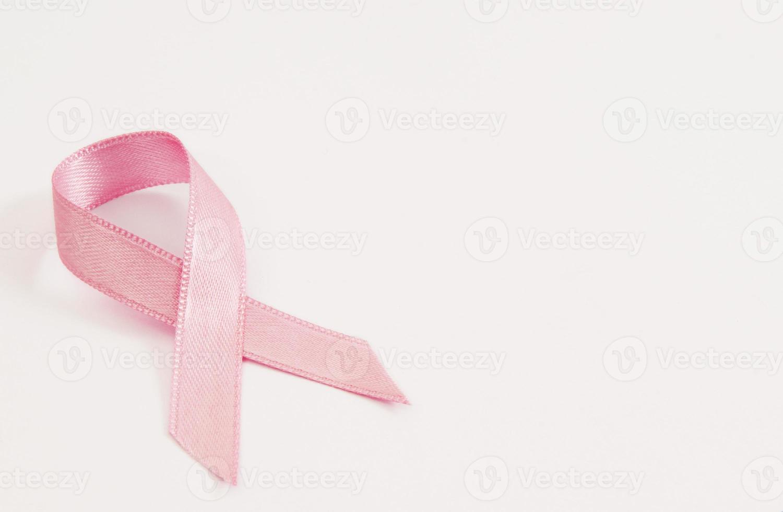 nastro rosa per la consapevolezza del cancro al seno su sfondo bianco foto