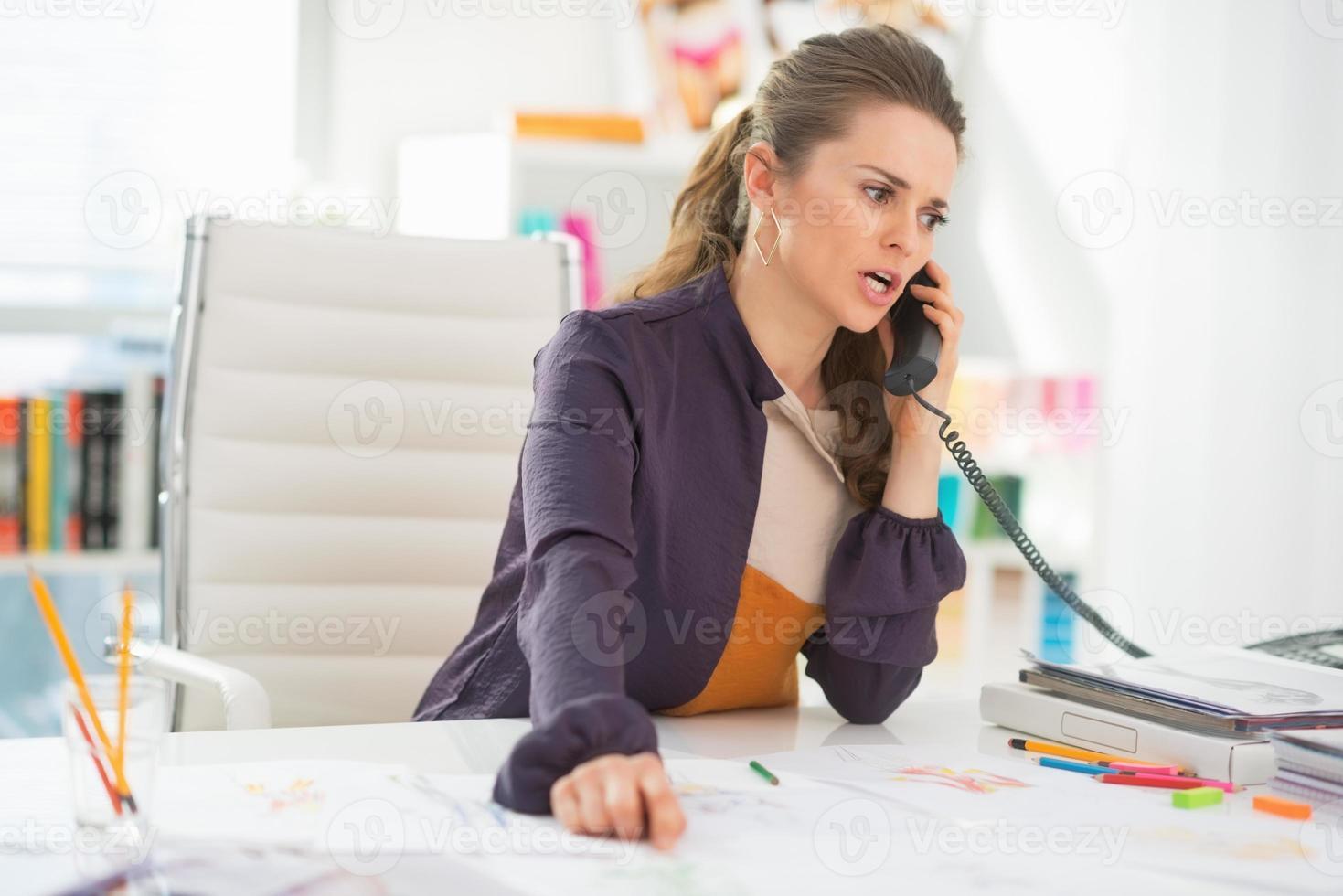 stilista interessato parlando telefono in ufficio foto