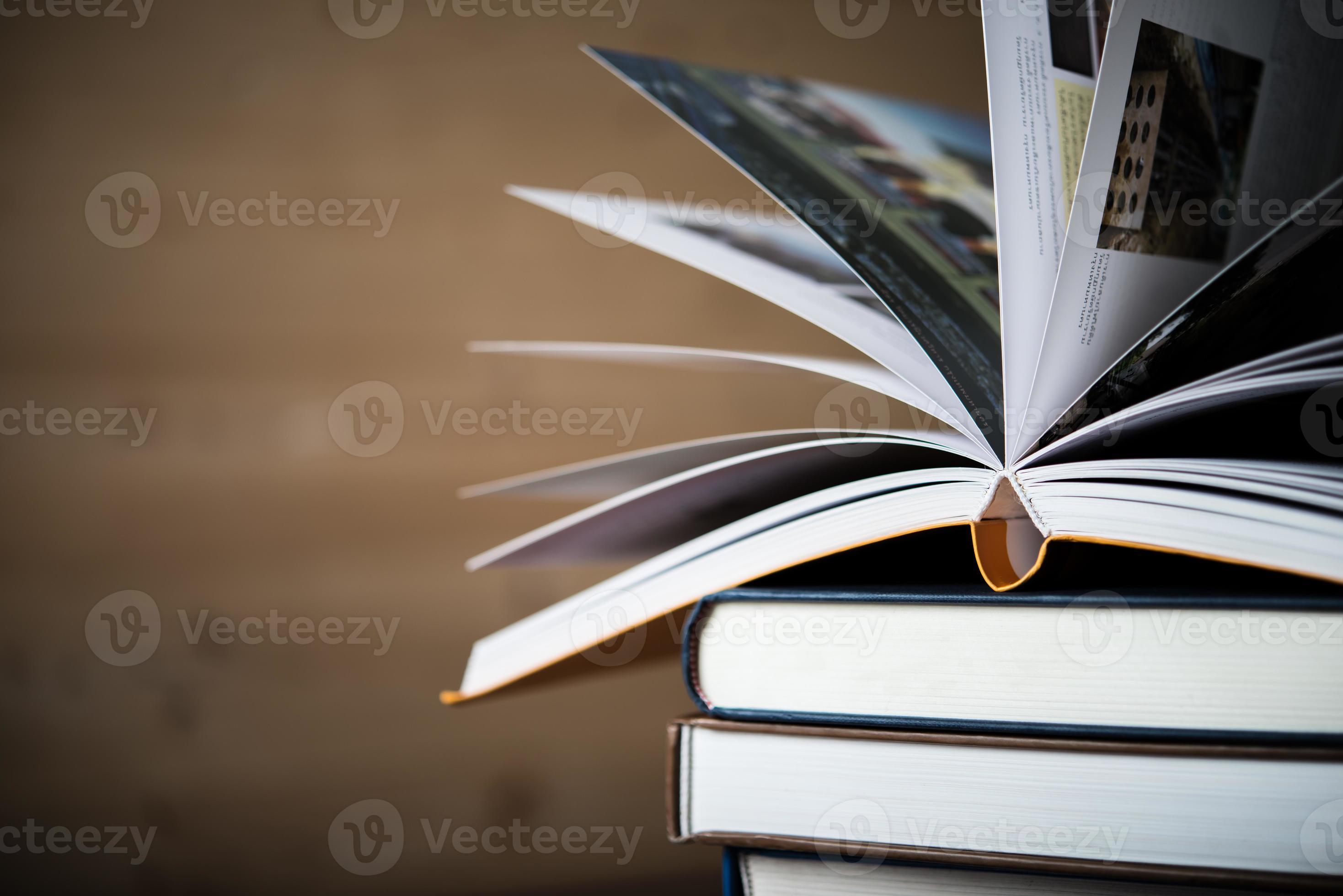 Libro Aperto Pila Di Libri Con Copertina Rigida Sulla Tavola Di Legno 2066831 Foto D Archivio