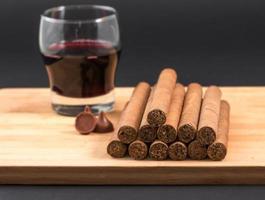 sigari cubani laminati a mano famosi in tutto il mondo con vino rosso foto