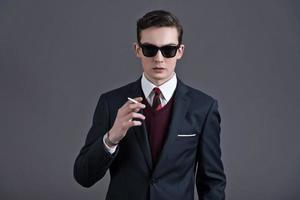 retrò anni cinquanta moda giovane imprenditore con occhiali da sole neri. foto