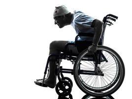 uomo ferito negligente divertente nella siluetta della sedia a rotelle
