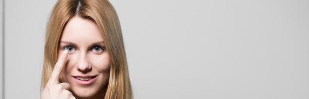 donna attraente che usando le lenti a contatto