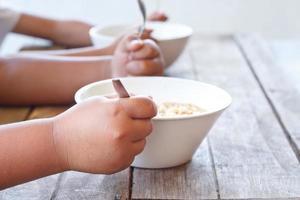 bambini che mangiano la loro tagliatella istantanea. foto