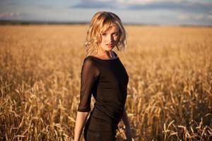 donna felice nel grano dorato