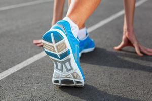 primo piano della scarpa dei corridori - concetto corrente foto