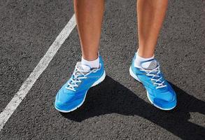 primo piano della scarpa dei corridori - concetto corrente.