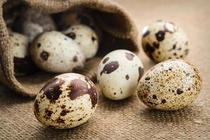 uova di quaglia su uno sfondo di tessuto