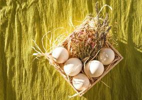 decorazione dell'uovo di Pasqua con lavanda foto